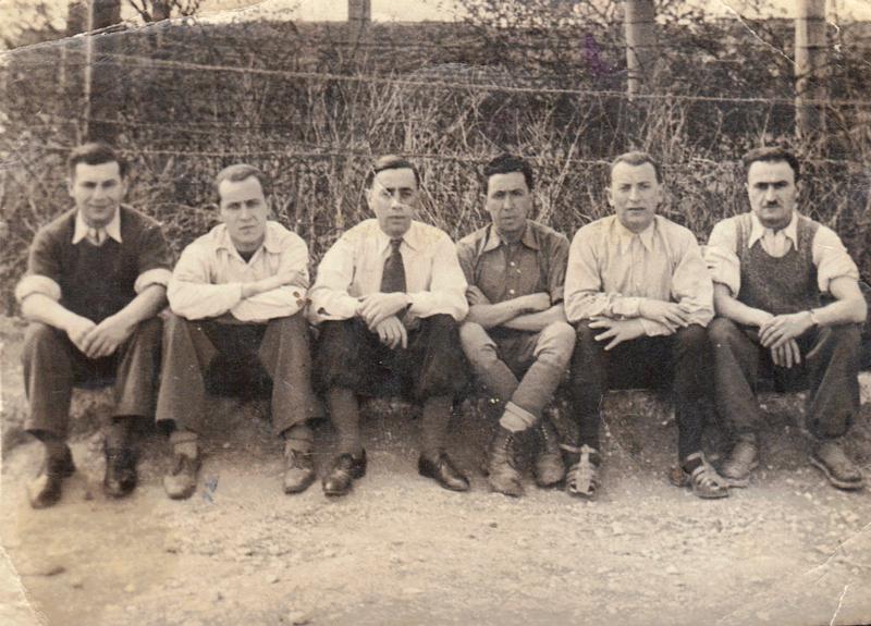 Au camp de Beaune-la-Rolande. Joseph Szajn est le 3e en partant de la droite (mai 1942, sd). Archives familiales