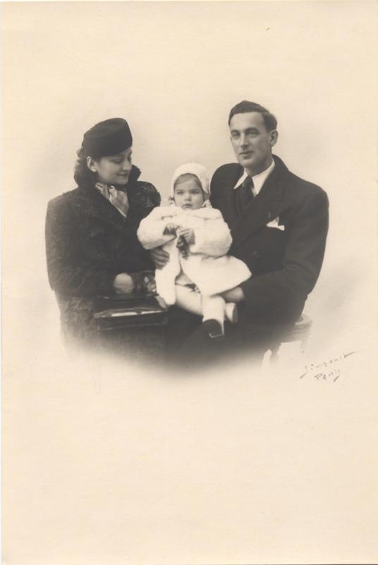 Jacqueline avec ses parents Nuta et Téofila Szister (1940 ?, sd, sl). Archives Jacqueline Bismuth-Szister / TDR Cercil