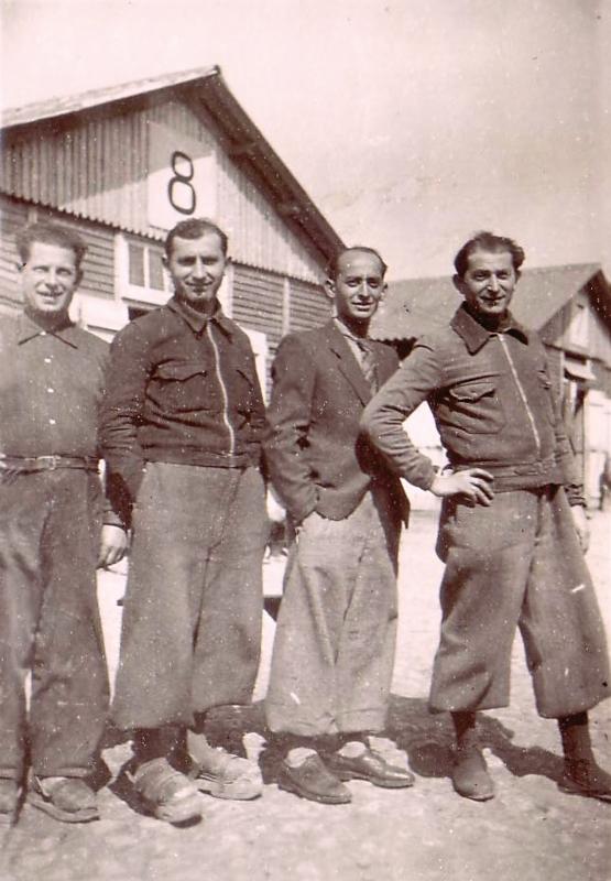 Au camp de Beaune-la-Rolande. De gauche à droite, Ycek Sztal, Moische Sztal, Yankel Michalowicz et Chil-Yankel Sztal (entre mai 1941 et juin 1942, sd). Archives familiales