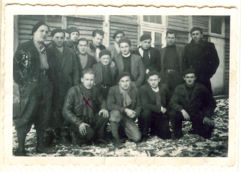 Au camp de Pithiviers, lors de la visite d'un enfant. Symcha-Binem (Bernard) Wajngart est au 1er rang, le 1er accroupi à gauche (hiver 1941-1942). Archives familiales