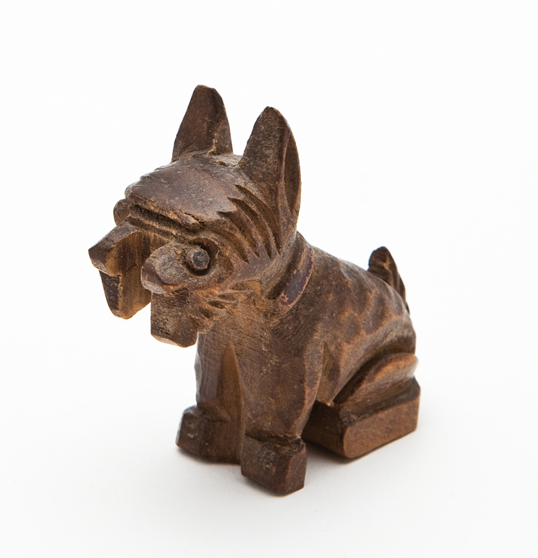 Petit chien sculpté fabriqué au camp de Beaune-la-Rolande en 1941 par un co-interné d'Abraham Zoltobroda. Bois sculpté et peint. Dimensions 6 x 5 x 2 cm. Collection Cercil N°INV 161 / fonds famille Zoltobroda – donation Camille Zoltobroda. Photo © Géraldine Aresteanu