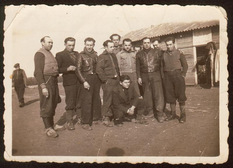 Au camp de Beaune-la-Rolande. Au 1er rang, debout, Abram Psankiewicz est le 2e en partant de la droite, Moszek Psankiewicz est le 3e (6 avril 1942). Archives familiales
