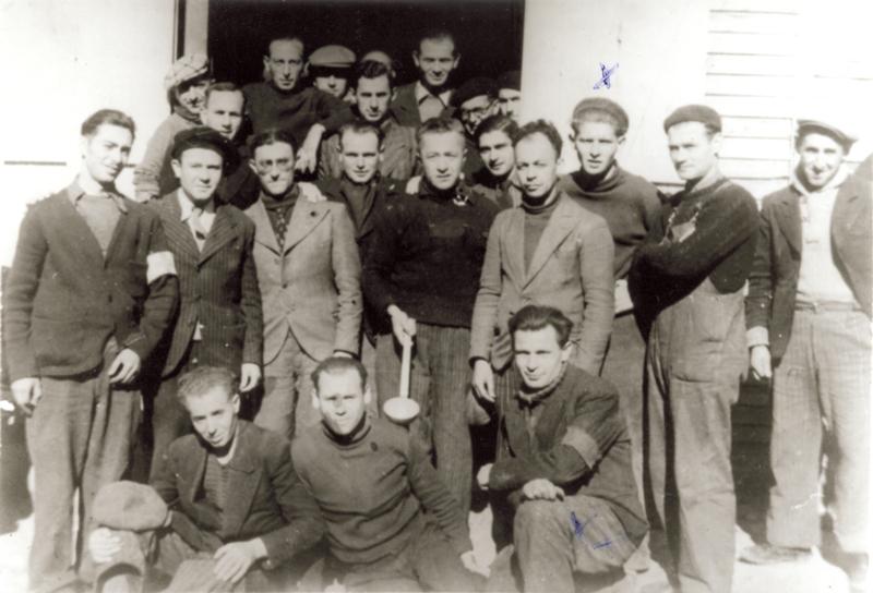 Serge Lemberger, le 3e debout en partant de la droite, au camp de Beaune-la-Rolande (entre mai 1941 et juin 1942, sd). Cercil / fonds Lemberger