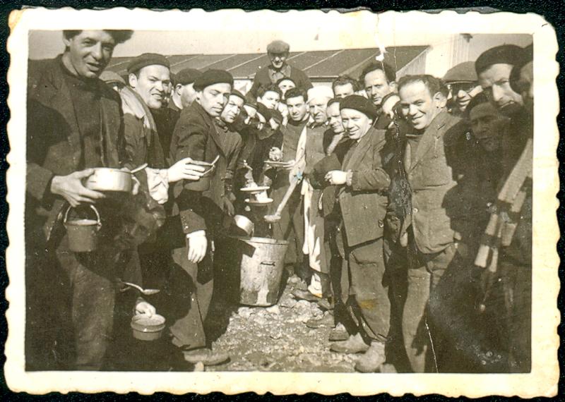 Au camp de Pithiviers. Srul Aronczyk est le premier à gauche (entre mai 1941 et juin 1942, sd). Archives familiales