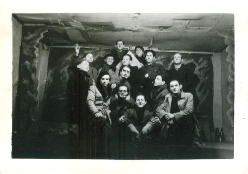 Groupe théâtral du camp de Pithiviers (entre mai 1941 et juin 1942, sd). Zwilen Bezpalezik est juste au-dessus de l'homme grimé (entre mai 1941 et juin 1942, sd). Archives familiales