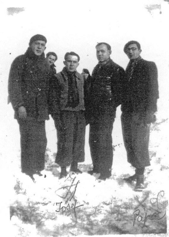 Groupe d'internés du camp de Pithiviers. Luzer Biglaizer est à droite, avec une casquette (hiver 1941-1942, sd). Son frère Joseph est le deuxième en partant de la gauche, au premier plan. Archives familiales