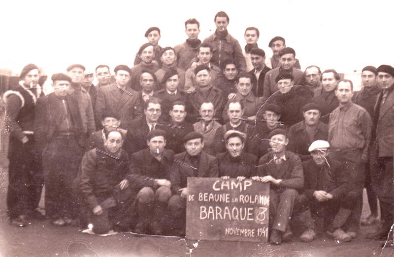 Au camp de Beaune-la-Rolande, des internés de la baraque 3. Szel Dawid est le premier assis au 2e rang, à droite (novembre 1941). Archives familiales