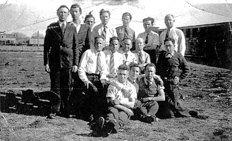 Au camp de Pithiviers, un groupe de Bundistes. Aron Falcman est au dernier rang, le 3e en partant de la droite (entre mai 1941 et juin 1942, sd). Archives familiales