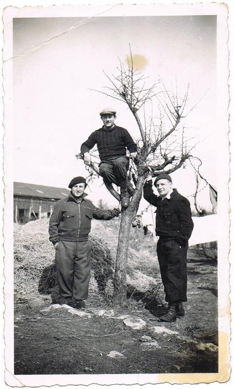 Au camp de Pithiviers. Israël Fiszman est à droite (entre mai 1941 et juin 1942, sd). Archives familiales