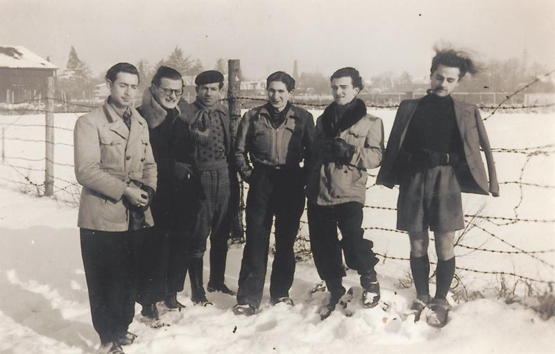 Au camp de Pithiviers en janvier 1942. Jules Geller, 2e en partant de la droite, avec Maurice Fajerman (à sa droite), Jacques Winter (le 1er à gauche) et Max Geller (3e en partant de la gauche). Archives familiales