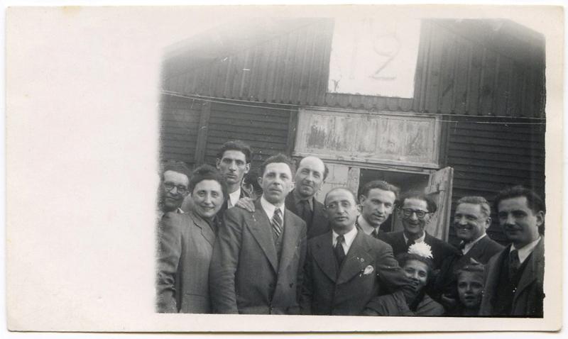 Au camp de Pithiviers, en mai 1947, devant la baraque 12. Chaïm Goldsztajn est le 2e en partant de la droite, avec ses deux filles Annette et Madeleine. À sa droite, Monsieur Sieca. À gauche, Sam Ascher, un autre rescapé d'Auschwitz. Archives familiales