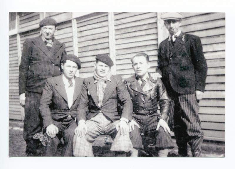 Au camp de Pithiviers. Szloma Gorfinkel est debout à gauche (entre mai 1941 et juin 1942, sd). Archives familiales