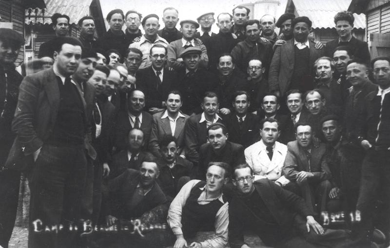 Au camp de Beaune-la-Rolande, internés de la baraque 18. Chaïm Grosman est le deuxième debout en partant de la droite (entre mai 1941 et juin 1942, sd). Mémorial de la Shoah/ Coll. Susana Ajke