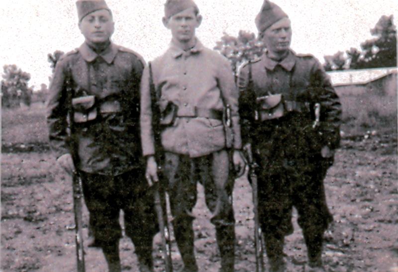 Mordko Jedynak (au centre), engagé volontaire (1940?, sd, sl). Archives familiales