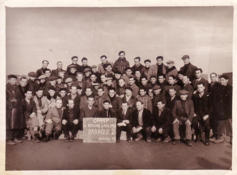 Au camp de Beaune-la-Rolande, internés de la baraque 2. Szmul Jeger est au dernier rang, le 4e en partant de la droite (novembre 1941, sd) Rubin Kamioner est le 1er assis en partant de la droite. Archives familiales