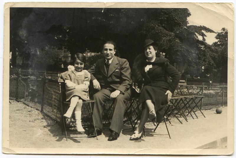 La famille Kaliksztajn, Renée et ses parents, Pinkas et Sarah, au jardin des Vosges (1940). Archives familiales