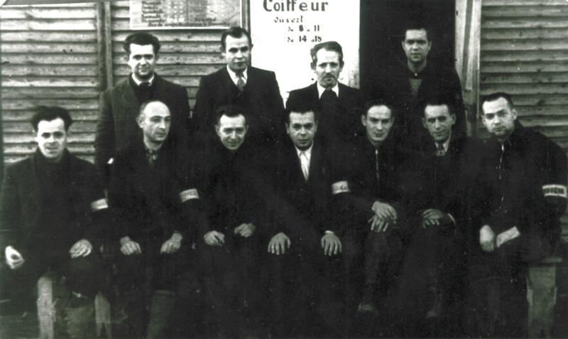 Au camp de Beaune-la-Rolande, l'équipe des coiffeurs. Rubin Kamioner est le 1er assis à droite (entre mai 1941 et juin 1942, sd). Archives familiales