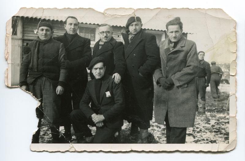 Au camp de Pithiviers. Jacques Krysztal est au premier plan, agenouillé (hiver 1941-1942, sd). Archives familiales