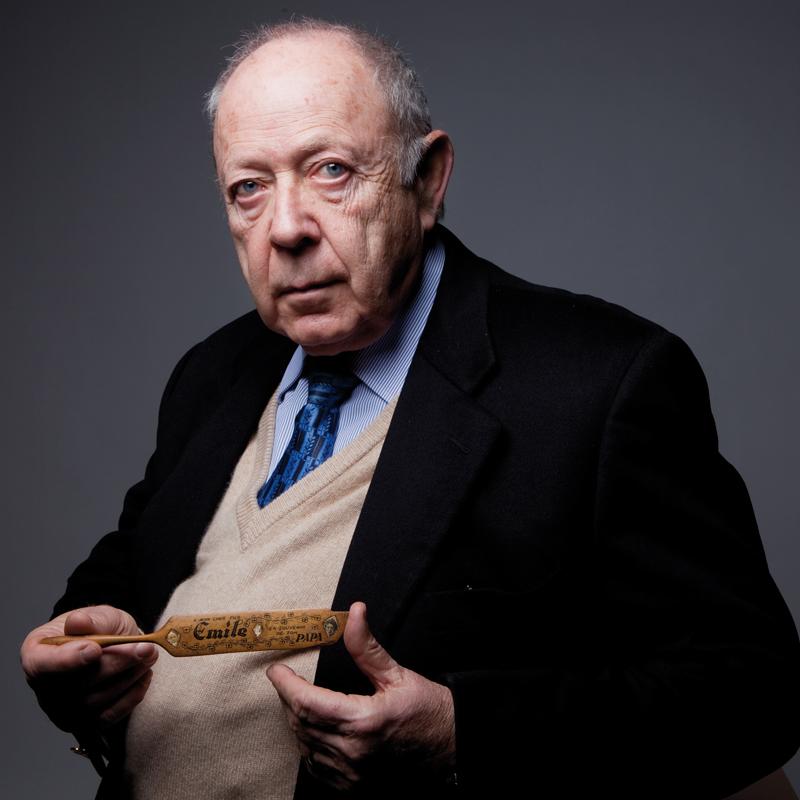 Émile Marmurek posant avec le porte-plume que son père Chaïm lui a offert (13 décembre 2010). Photo © Géraldine Aresteanu
