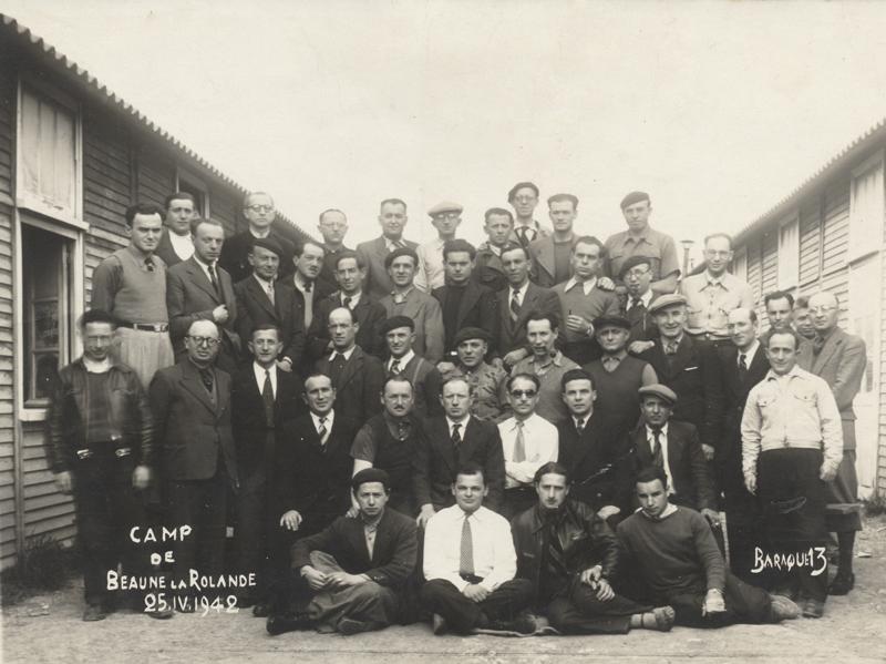 Au camp de Beaune-la-Rolande, des internés de la baraque 13 (25 avril 1942). Leizer Miliband est au 3e rang, le 3e en partant de la gauche, avec la cravate. A sa droite, Joseph Klapisch, avec les lunettes. Archives familiales