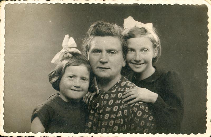 De gauche à droite, Léontine, Chana et Isabelle Paserman, en 1942. Archives familiales