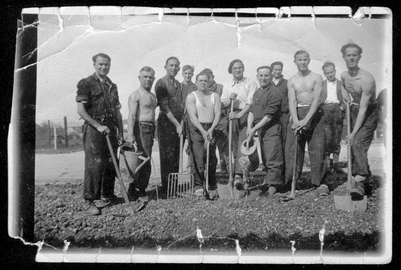 Au camp de Beaune-la-Rolande. Abram Psankiewicz est le 5e en partant de la gauche (3 mai 1942). Archives familiales