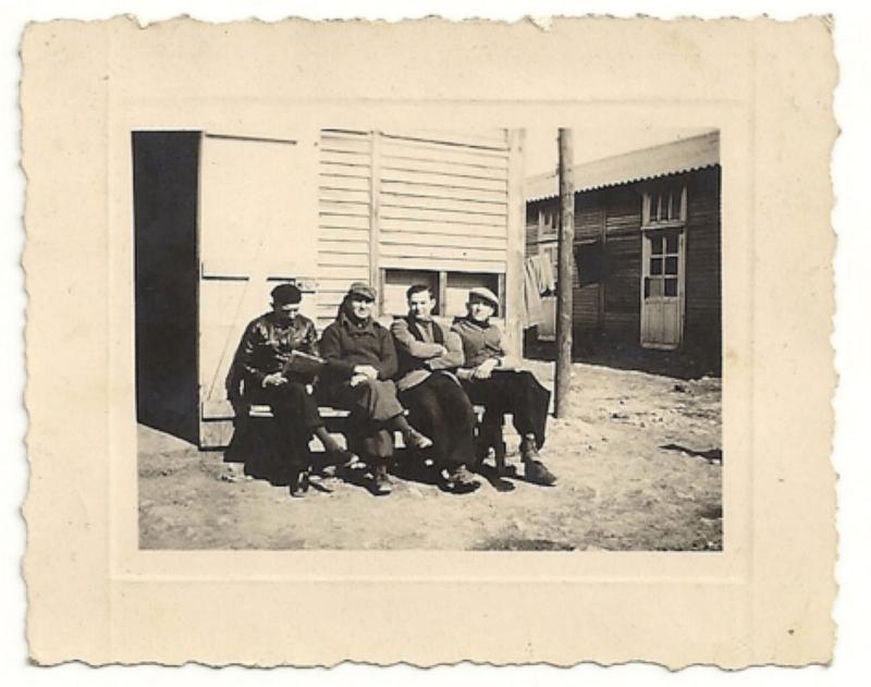 Henoch (Henri) Rausch, le 2e en partant de la droite, au camp de Beaune-la-Rolande (entre mai 1941 et juin 1942, sd). Archives familiales