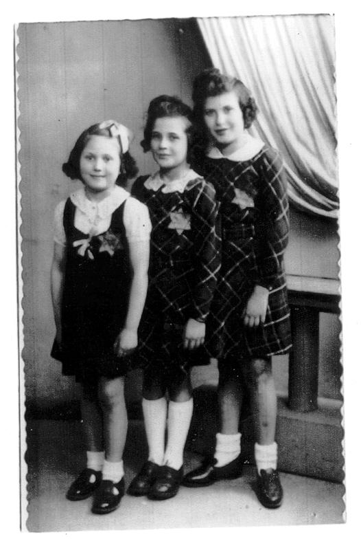 Arlette et Madeleine Reiman (à droite) posant chez un photographe avec leur étoile jaune, en compagnie d'une autre petite fille (juin 1942). Archives familiales