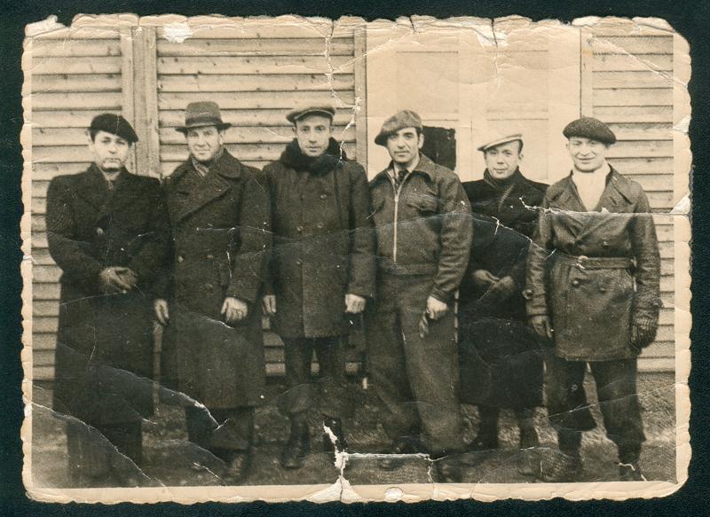 Au camp de Beaune-la-Rolande. Gimpel Sas est le 1er à gauche, à côté de Bydlowski. Majerowicz est le 3e en partant de la droite (25 novembre 1941). Inscription au verso: «A ma chère Paulette adorée / et à mes chers enfants / en souvenir du Camp. / de Beaune la Rolande / le 25/XI 1941 / signature illisible». Archives familiales