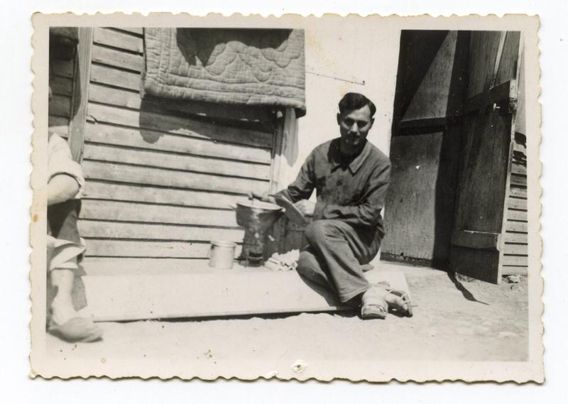 Au camp de Beaune-la-Rolande. Mendel Schlanger, assis devant une baraque (mai 1942, sd). Archives familiales