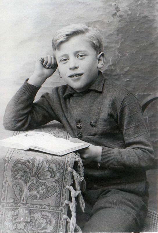 Salomon Stal (sd, sl). Interné à Pithiviers avec sa mère après la rafle du Vel d'Hiv, il est déporté seul de Drancy le 26 août 1942. Archives familiales