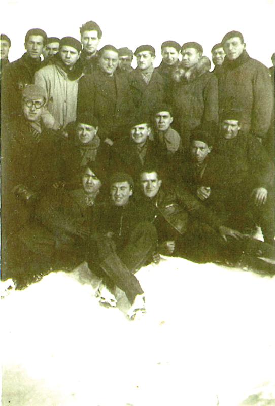 Au camp de Pithiviers. Mosjez Stoczyk est le 1er à gauche, à demi allongé dans la neige, coiffé d'un béret (hiver 1941-1942, sd). Archives familiales