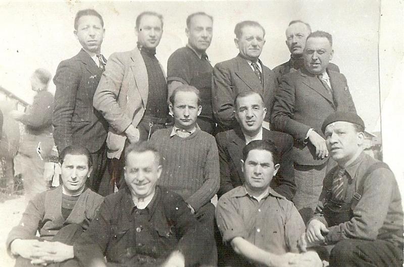 Au camp de Pithiviers. Pinches-Moszek Szabmacher est assis au 2e rang, à gauche (entre février et juin 1942, sd). Archives familiales