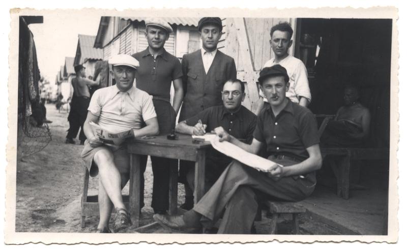 Au camp de Beaune-la-Rolande. Nuta Szister est le 1er assis à droite (18 mai 1942). Archives Jacqueline Bismuth-Szister / TDR Cercil
