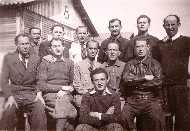 Au camp de Beaune-la-Rolande. Yankel Michalowicz est assis au milieu du 2e rang; Chil-Yankel Sztal est le 2e en partant de la gauche, assis au 2e rang; Moische Sztal est le 3e debout en partant de la droite; Ycek Sztal est assis à droite, 2e rang, les bras croisés (entre mai 1941 et juin 1942, sd). Archives familiales