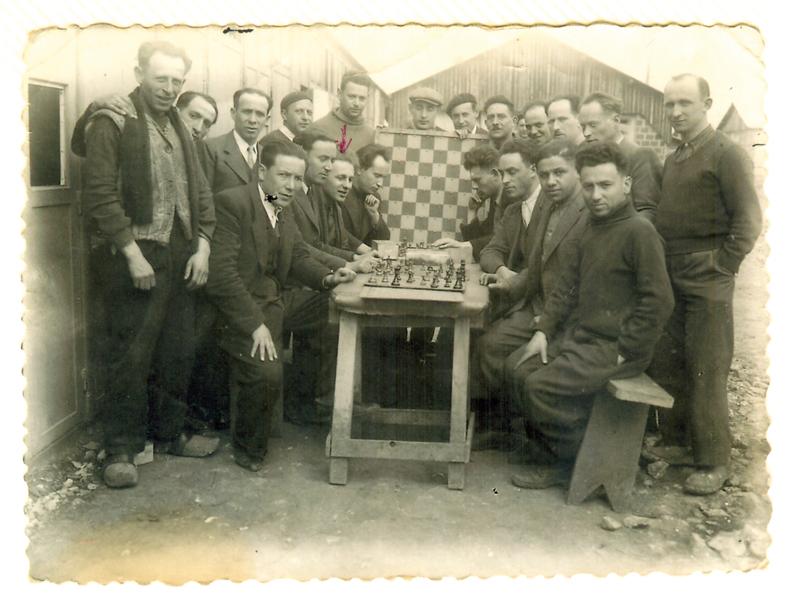Au camp de Pithiviers, une partie d'échecs. Symcha-Binem (Bernard) Wajngart est assis côté gauche, le 2e en partant de la droite (entre mai 1941 et juin 1942, sd). Archives familiales