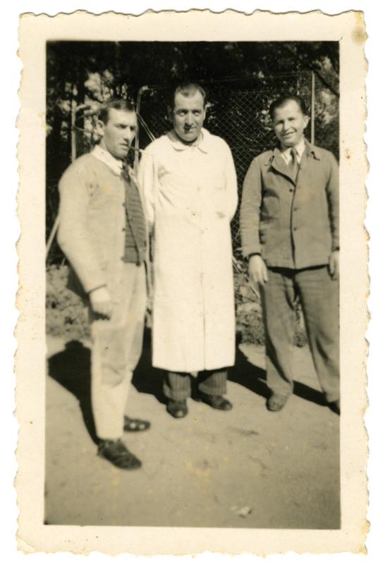 Abraham Zoltobroda (à droite) à l'hôpital psychothérapique de Fleury-les-Aubrais, avec deux infirmiers, dont au centre, Marcel Tinseau qui l'a pris en amitié. Archives familiales