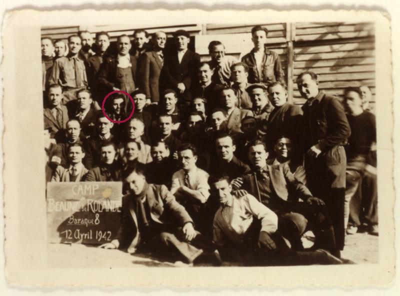 Au camp de Beaune-la-Rolande. Des internés de la baraque 8 (12 avril 1942). Cercil/fonds AADJF