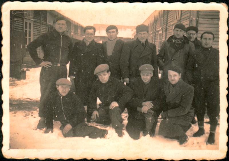 Au camp de Pithiviers. Srul Aronczyk est le deuxième assis en partant de la droite (hiver 1941-1942, sd). Archives familiales