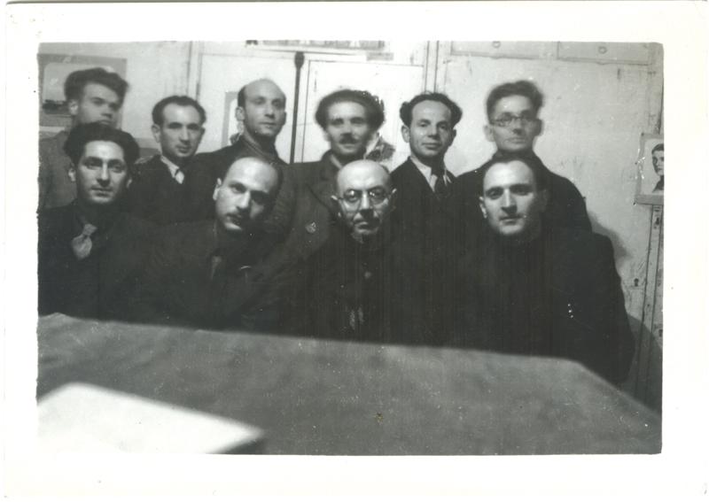 La commission culturelle du camp de Pithiviers (10 janvier 1942). Au premier rang, assis, premier à gauche, Nahum Fajnsztein; troisième à gauche: Johannes Wertheim. Au deuxième rang, premier à gauche: David Rotenberg; deuxième en partant de la droite, Zwilem Bezpalczyk. Archives familiales