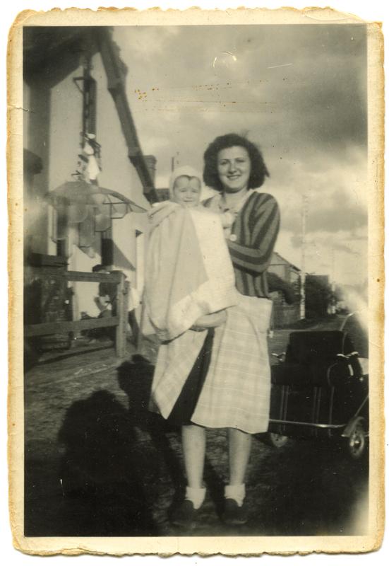Cywja Borowski tenant dans ses bras sa cousine Éliane Amrofel (mai 1942, Ligny-le-Ribault). Archives familiales