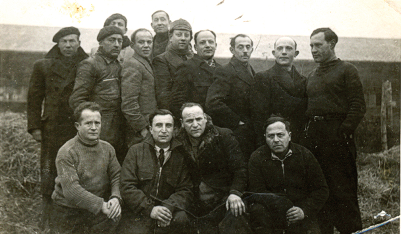 Au camp de Pithiviers. Israël Fiszman est le 4e debout en partant de la gauche (entre mai 1941 et juin 1942, sd) Archives familiales