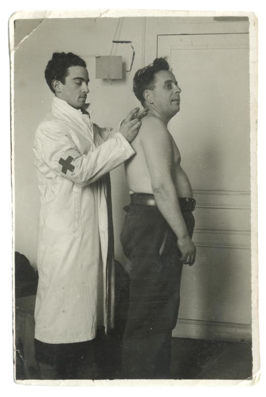 Au camp de Pithiviers en février 1942. Jules Geller est à gauche. Archives familiales