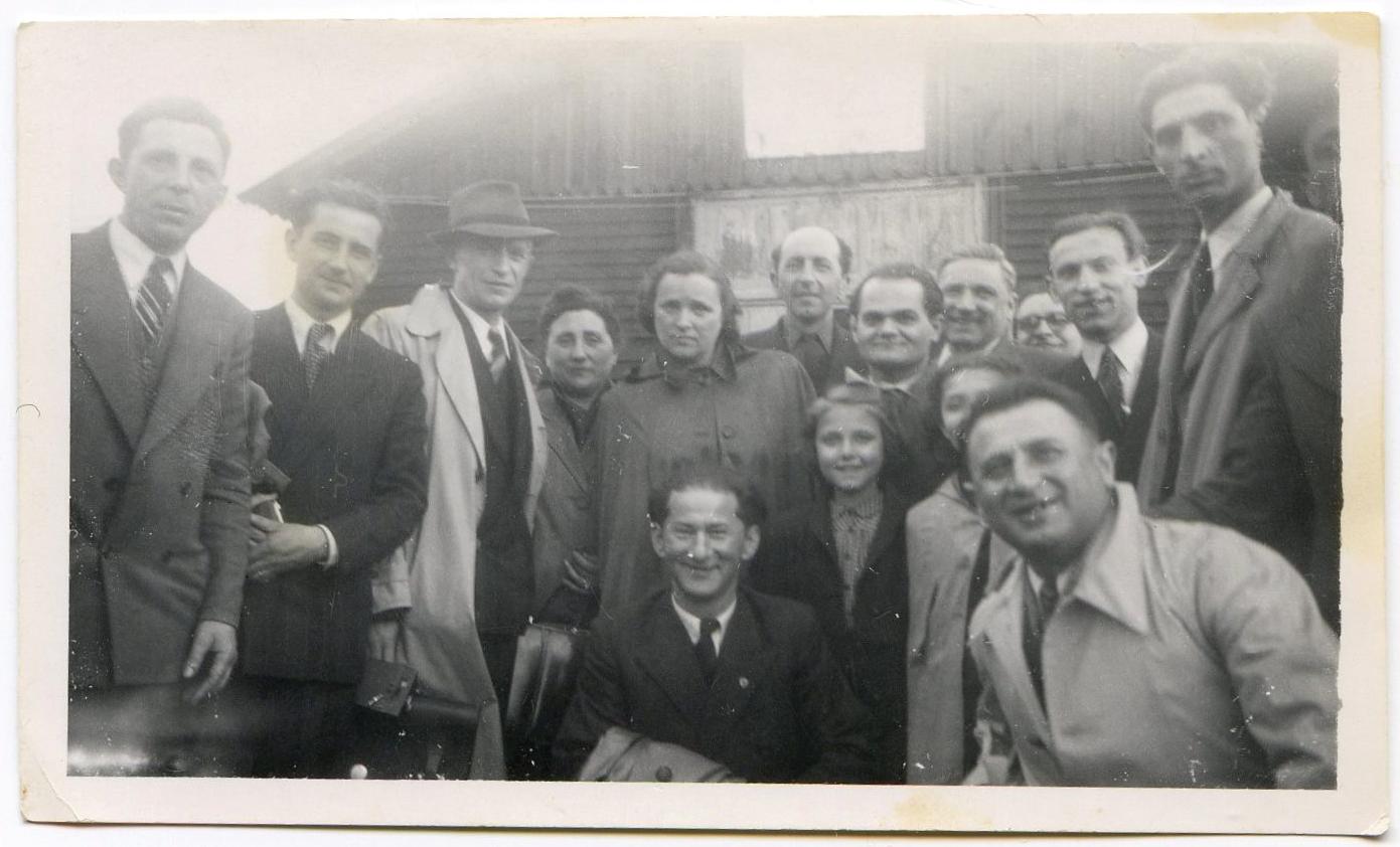 Au camp de Pithiviers, en mai 1947, devant la baraque 12. Chaïm Goldsztajn est le 4e debout, en partant de la droite, avec ses deux filles Annette et Madeleine. À sa gauche avec les lunettes, Sam Ascher, un autre rescapé d'Auschwitz. Accroupi devant, monsieur Sieca. Archives familiales