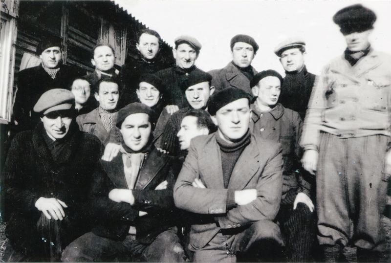 Au camp de Pithiviers. Szloma Gorfinkel est au tout dernier rang, le 3e en partant de la gauche (entre mai 1941 et juin 1942, sd). Archives familiales