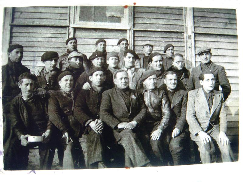 Au camp de Pithiviers, le 8 janvier 1942. Ichok Grinhaus est au 2e rang, le 2e en partant de la droite. Archives familiales