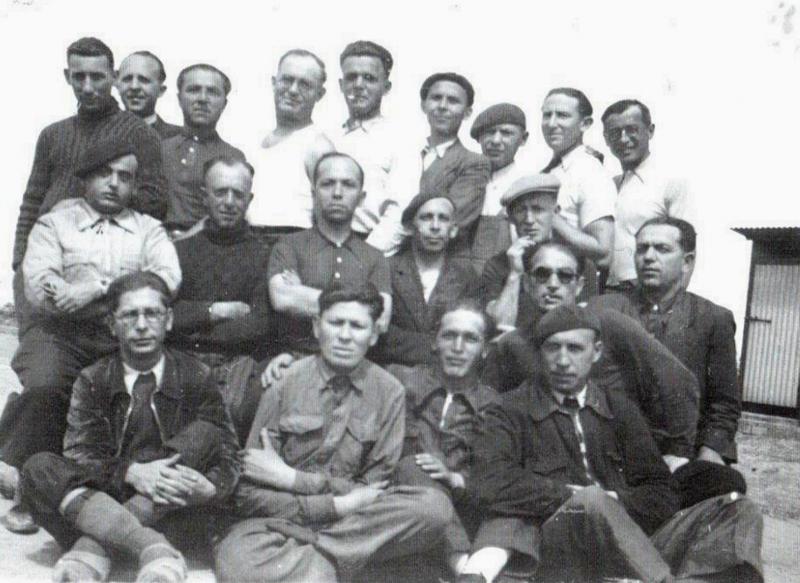 Au camp de Beaune-la-Rolande. Jacques (Icek) Hochbaum est le 2e en haut en partant de la droite (1942, sd). Archives familiales
