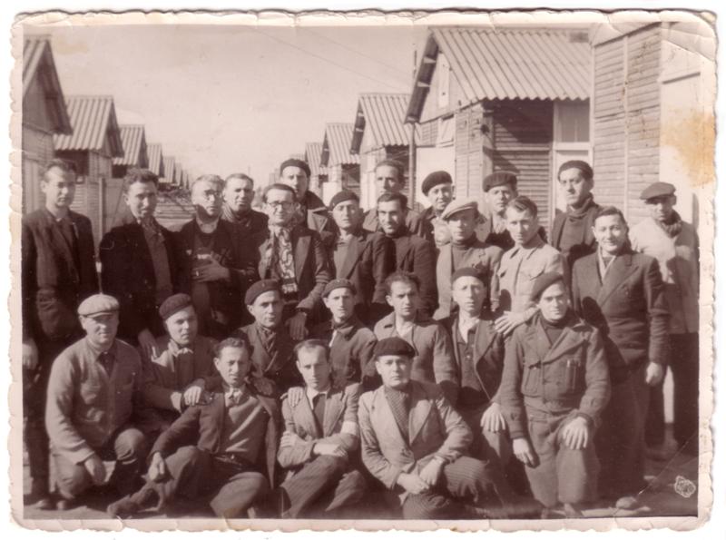 Au camp de Beaune-la-Rolande. Szmul Jeger est au dernier rang, le 4e en partant de la droite (entre mai 1941 et juin 1942, sd). Archives familiales