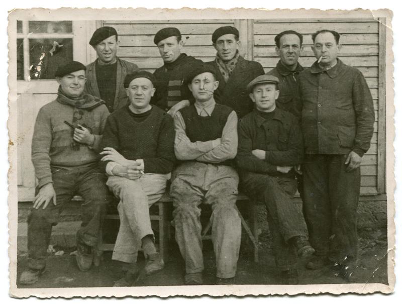 Chaïm Kac, assis, 2e en partant de la gauche, au camp de Beaune-la-Rolande (entre mai 1941 et juin 1942, sd). Archives Germaine Kac-Mélikian