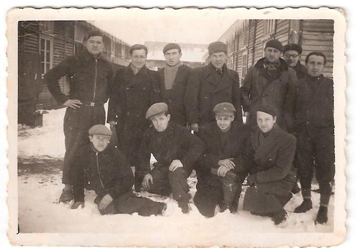 Au camp de Pithiviers. Pinkas Kaliksztajn est debout, le 1er à droite (hiver 1941-1942, sd) Srul Aronczyk est le 2e assis en partant de la droite. Archives familiales